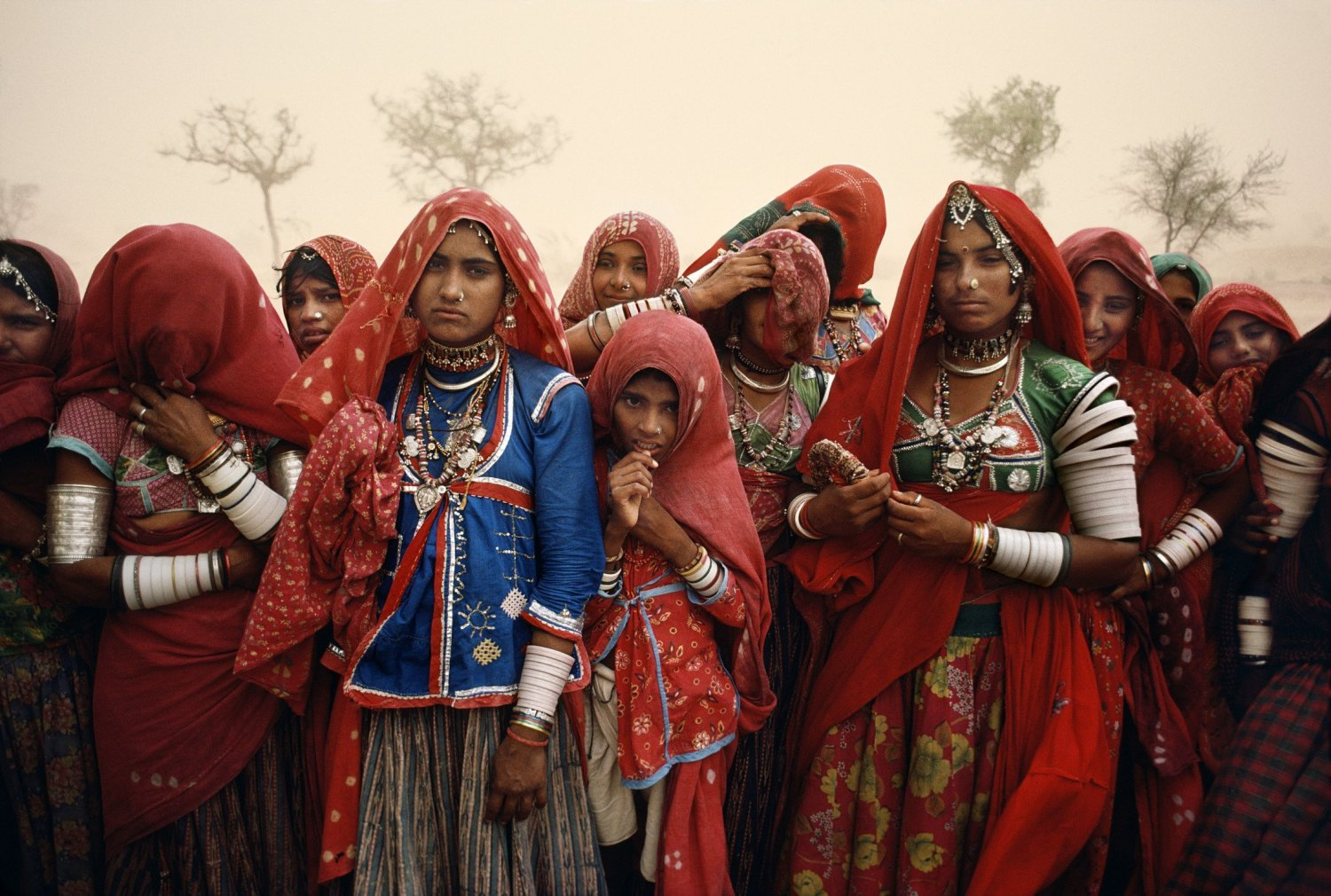 Steve-McCurry-Cluster-of-women-during-a-dust-storm-Rajasthan-India-1983.jpg